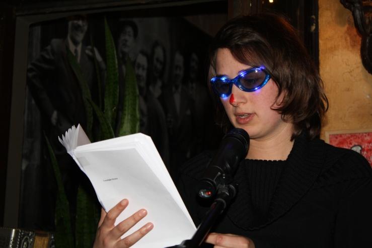 ...en Maud Vanhauwaert het hare. Met rode neus en gekke bril op leest ze haar meest ernstige gedichten voor.